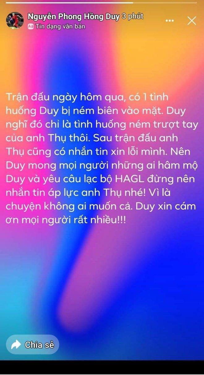 Hồng Duy ứng xử đẹp với cầu thủ ném bóng vào mặt mình; Nam Định rối ren vì chuyện nhạy cảm - Ảnh 2.