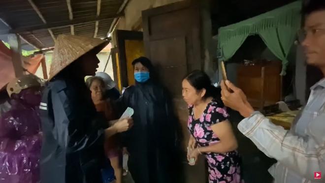 Thương xót người phụ nữ sinh bệnh vì mất con, Thủy Tiên tặng 10 triệu dù bị ngăn cản - Ảnh 1.