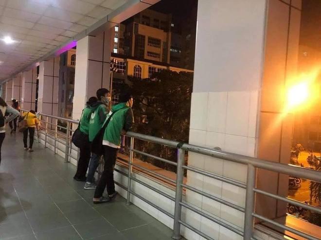 Xôn xao câu chuyện 3 sinh viên mặc chiếc áo xe ôm công nghệ ngồi khóc cuối lớp vì gia đình miền Trung không có tiền đóng học - Ảnh 2.