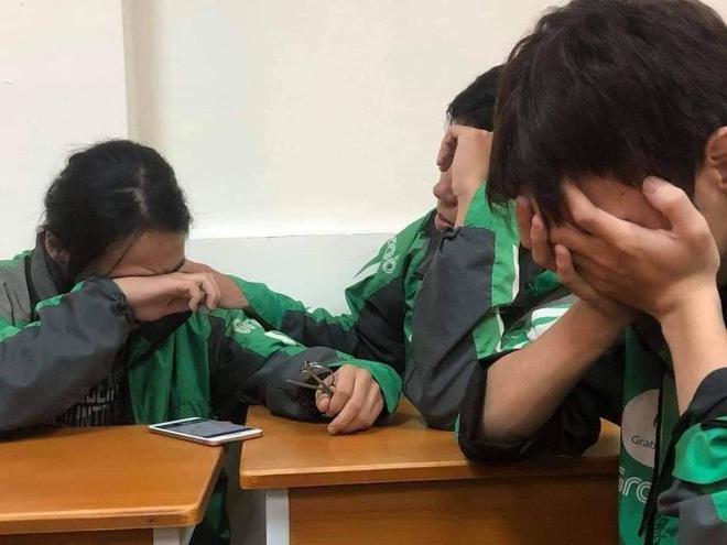 Xôn xao câu chuyện 3 sinh viên mặc chiếc áo xe ôm công nghệ ngồi khóc cuối lớp vì gia đình miền Trung không có tiền đóng học - Ảnh 1.