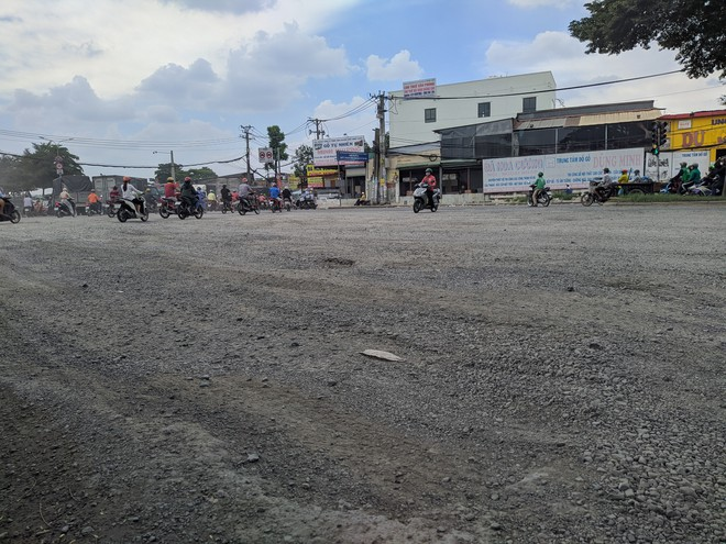 Ổ gà, ổ voi chằng chịt trên đại lộ 100 triệu USD, con đường đẹp nhất phía nam Sài Gòn - Ảnh 1.