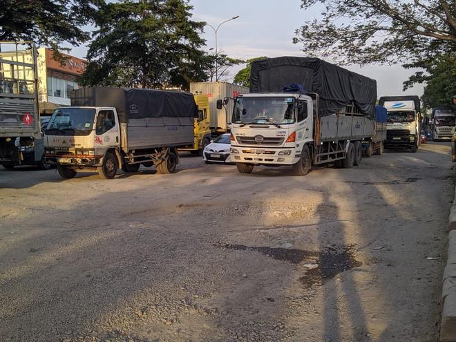 Ổ gà, ổ voi chằng chịt trên đại lộ 100 triệu USD, con đường đẹp nhất phía nam Sài Gòn - Ảnh 6.