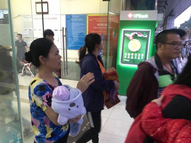 Khói bốc lên từ chung cư HH Linh Đàm, hàng nghìn người dân hốt hoảng bỏ chạy lúc rạng sáng - Ảnh 1.