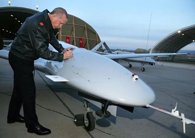 Cận cảnh UAV sát thủ Bayraktar TB2 do Thổ Nhĩ Kỳ sản xuất và được sử dụng ở Karabakh - Ảnh 6.