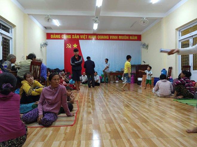 Bão số 9 bắt đầu gây gió mạnh trên đất liền; Quảng Ngãi đã di dời gần 1.000 người dân đến nơi tránh trú bão - Ảnh 1.