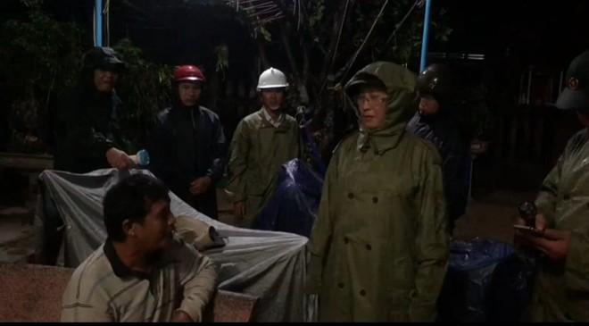 2 tàu cá của Bình Định bị chìm, 26 ngư dân mất tích; Xe bọc thép, trực thăng sẵn sàng để ứng phó với bão số 9 - Ảnh 1.
