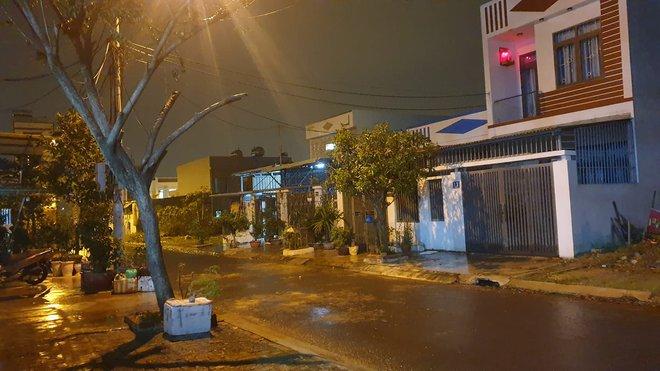 2 tàu cá của Bình Định bị chìm, 26 ngư dân mất tích; Xe bọc thép, trực thăng sẵn sàng để ứng phó với bão số 9 - Ảnh 2.