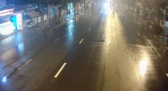 CẬP NHẬT BÃO SỐ 9: Gió rít liên hồi, mưa to ở Lý Sơn; 2 tàu cá của Bình Định bị chìm, 26 ngư dân mất tích - Ảnh 2.