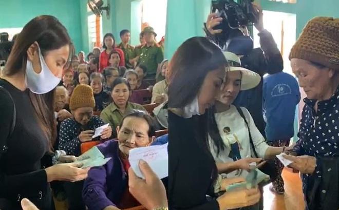 Vợ chồng ca sỹ Thủy Tiên - Công Vinh về vùng rốn lũ tại Hà Tĩnh trực tiếp trao tiền cho người dân
