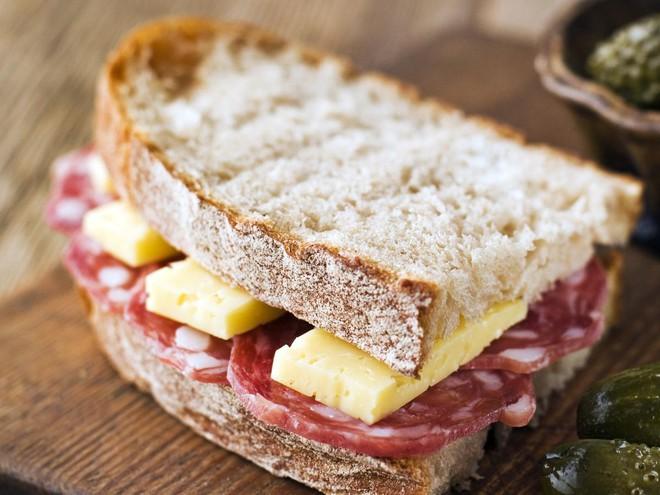 Bùng phát nhiễm khuẩn listeria gây chết người tại Mỹ: Nghi xuất phát từ món ăn vô cùng quen thuộc - Ảnh 4.