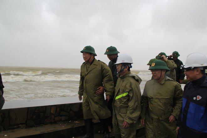 Phó Thủ tướng Trịnh Đình Dũng: Bão số 9 làm tốc mái hầu hết nhà cấp 4, sẽ nguy hiểm hơn khi vào Quảng Nam, Đà Nẵng - Ảnh 2.