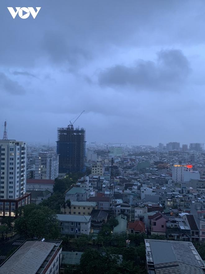 Bão số 9 áp sát, chuẩn bị đổ bộ vào đất liền, miền Trung mưa to, gió lớn - Ảnh 1.