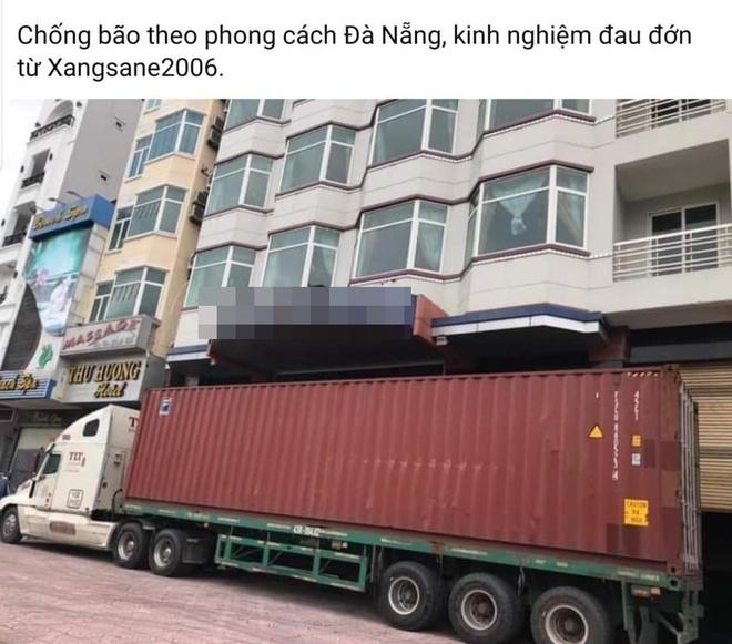 Đánh xe container chặn trước cửa, người dân miền Trung gồng mình đối phó cơn bão số 9 - Ảnh 1.