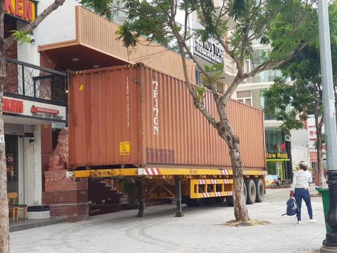 Đánh xe container chặn trước cửa, người dân miền Trung gồng mình đối phó cơn bão số 9 - Ảnh 4.