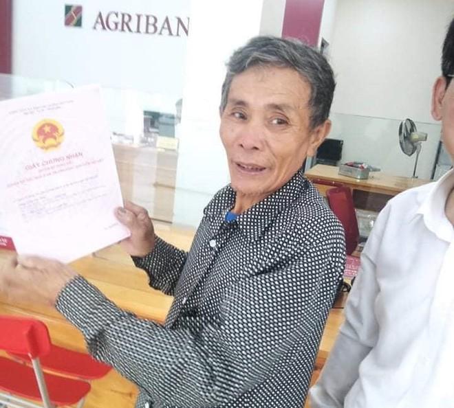 Cụ ông khóc nghẹn khi được vợ chồng Thủy Tiên trao tặng 210 triệu đồng để trả nợ - Ảnh 6.