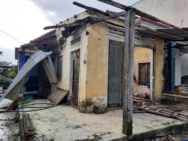 CẬP NHẬT BÃO SỐ 9: Cận cảnh gió bão mạnh giật bay mái tôn trường học và mái nhà người dân; Đà Nẵng sơ tán thêm 3.000 người - Ảnh 5.