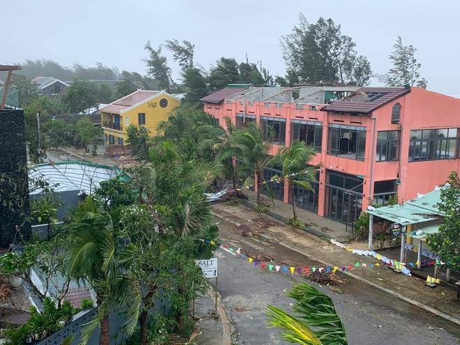 CẬP NHẬT BÃO SỐ 9: Cận cảnh gió bão mạnh giật bay mái tôn trường học và mái nhà người dân; Đà Nẵng sơ tán thêm 3.000 người - Ảnh 2.