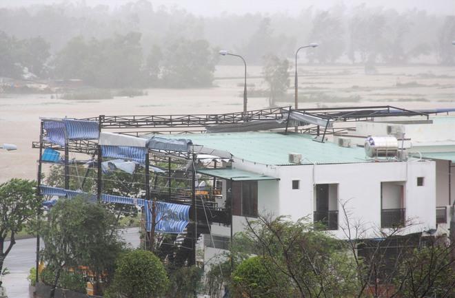 CẬP NHẬT BÃO SỐ 9: Cận cảnh gió bão mạnh giật bay mái tôn trường học và mái nhà người dân; Đà Nẵng sơ tán thêm 3.000 người - Ảnh 6.