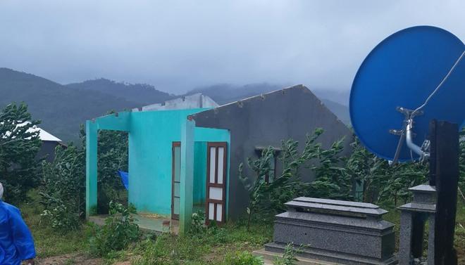 CẬP NHẬT BÃO SỐ 9: Cận cảnh gió bão mạnh giật bay mái tôn trường học và mái nhà người dân; Đà Nẵng sơ tán thêm 3.000 người - Ảnh 4.