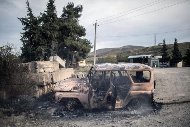 Cận cảnh khoảnh khắc xe của Bộ trưởng BQP Nagorny Karabakh trúng tên lửa: Ám ảnh sốc - Ảnh 2.