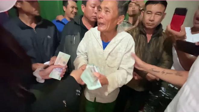 Cụ ông khóc nghẹn khi được vợ chồng Thủy Tiên trao tặng 210 triệu đồng để trả nợ - Ảnh 4.