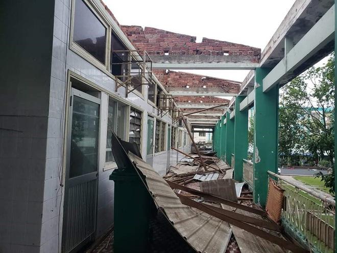 BÃO SỐ 9 ĐỔ BỘ: 2 cán bộ xã bị sạt lở vùi lấp, mất tích ở Quảng Nam; Gió bão mạnh giật bay mái tôn trường học, mái nhà dân - Ảnh 1.