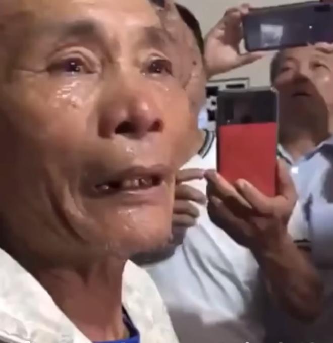 Cụ ông khóc nghẹn khi được vợ chồng Thủy Tiên trao tặng 210 triệu đồng để trả nợ - Ảnh 2.