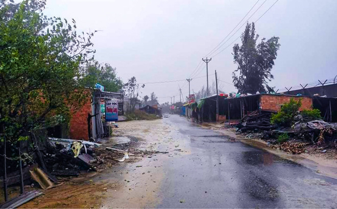 Đường phố Quảng Ngãi xơ xác, nhà dân tốc mái trước khi bão số 9 đổ bộ - Ảnh 6.