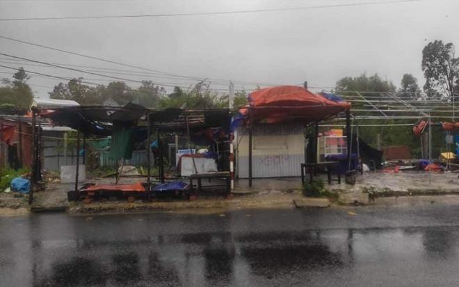 Đường phố Quảng Ngãi xơ xác, nhà dân tốc mái trước khi bão số 9 đổ bộ - Ảnh 3.