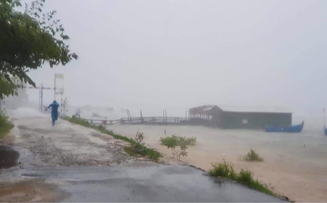 Đường phố Quảng Ngãi xơ xác, nhà dân tốc mái trước khi bão số 9 đổ bộ - Ảnh 1.