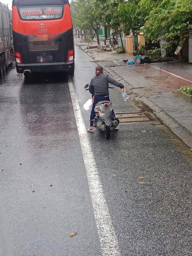 Đoàn ô tô mắc kẹt trên đường vì siêu bão số 9, người dân Huế đội mưa gió ra đường gõ cửa từng xe tiếp tế lương thực - Ảnh 1.