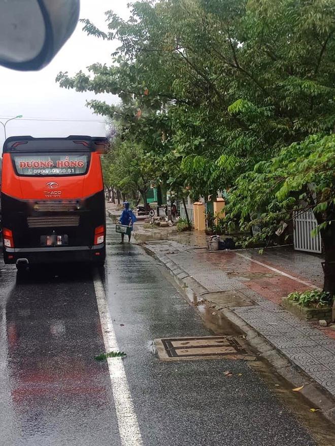 Đoàn ô tô mắc kẹt trên đường vì siêu bão số 9, người dân Huế đội mưa gió ra đường gõ cửa từng xe tiếp tế lương thực - Ảnh 3.