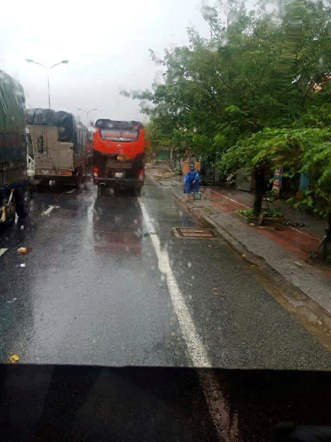 Đoàn ô tô mắc kẹt trên đường vì siêu bão số 9, người dân Huế đội mưa gió ra đường gõ cửa từng xe tiếp tế lương thực - Ảnh 4.