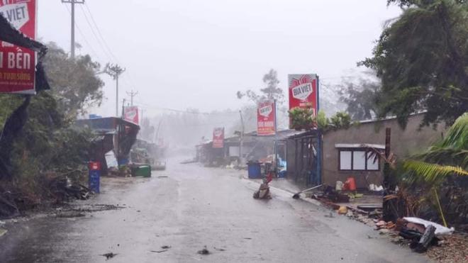 Bão số 9 áp sát, Lý Sơn mưa to, gió rất lớn, một số nhà dân và trụ sở các cơ quan chức năng đã bị tốc mái - Ảnh 3.