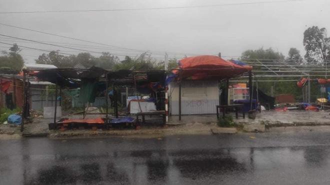 Bão số 9 áp sát, Lý Sơn mưa to, gió rất lớn, một số nhà dân và trụ sở các cơ quan chức năng đã bị tốc mái - Ảnh 4.