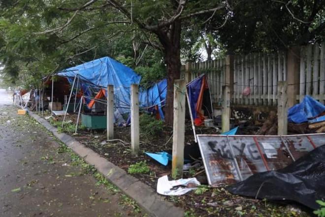 Bão số 9 áp sát, Lý Sơn mưa to, gió rất lớn, một số nhà dân và trụ sở các cơ quan chức năng đã bị tốc mái - Ảnh 6.