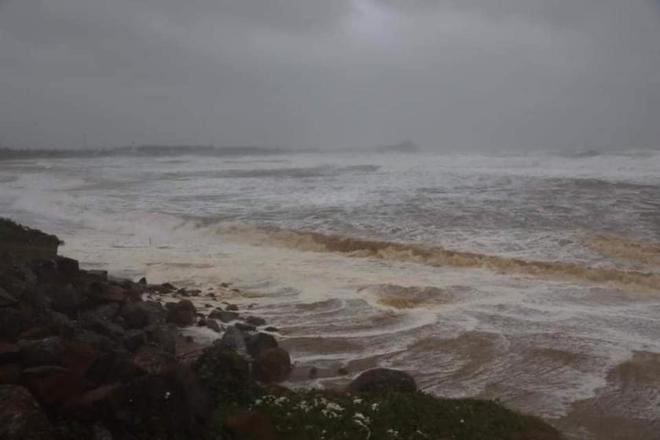 Bão số 9 áp sát, Lý Sơn mưa to, gió rất lớn, một số nhà dân và trụ sở các cơ quan chức năng đã bị tốc mái - Ảnh 7.