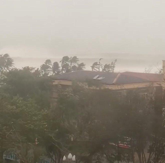 Bão số 9 áp sát, Lý Sơn mưa to, gió rất lớn, một số nhà dân và trụ sở các cơ quan chức năng đã bị tốc mái - Ảnh 1.