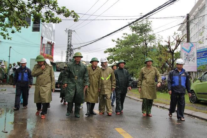 Bão số 9 áp sát, Đà Nẵng mưa to, gió lớn rít lên liên tục; Một số nhà dân và trụ sở các cơ quan chức năng ở Lý Sơn bị tốc mái - Ảnh 2.