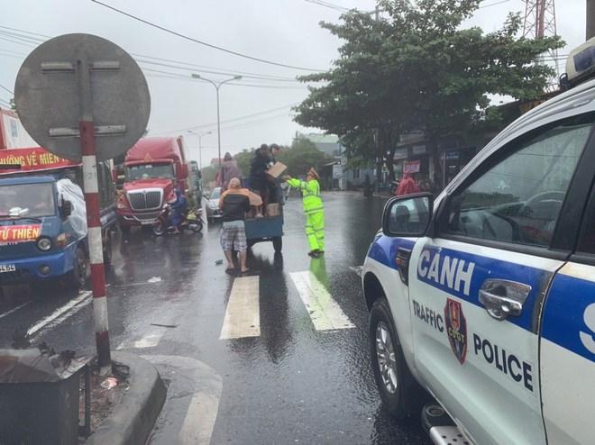 CẬP NHẬT BÃO SỐ 9: Cận cảnh gió bão mạnh giật bay mái tôn trường học ở Quảng Ngãi - Ảnh 1.