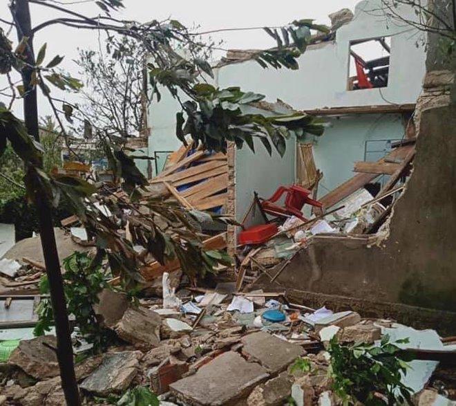 CẬP NHẬT BÃO SỐ 9: Cận cảnh gió bão mạnh giật bay mái tôn trường học ở Quảng Ngãi và bay mái nhà người dân ở Đà Nẵng - Ảnh 1.