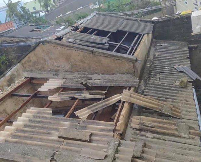 CẬP NHẬT BÃO SỐ 9: Cận cảnh gió bão mạnh giật bay mái tôn trường học ở Quảng Ngãi và bay mái nhà người dân ở Đà Nẵng - Ảnh 2.
