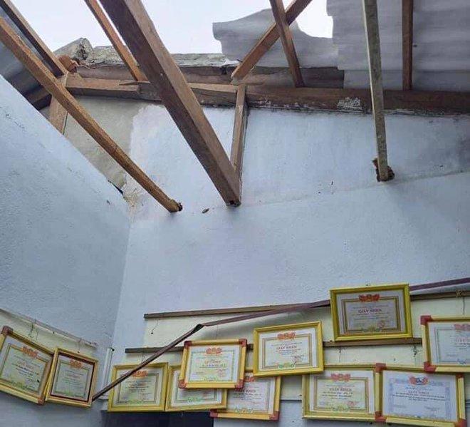 CẬP NHẬT BÃO SỐ 9: Cận cảnh gió bão mạnh giật bay mái tôn trường học ở Quảng Ngãi và bay mái nhà người dân ở Đà Nẵng - Ảnh 3.