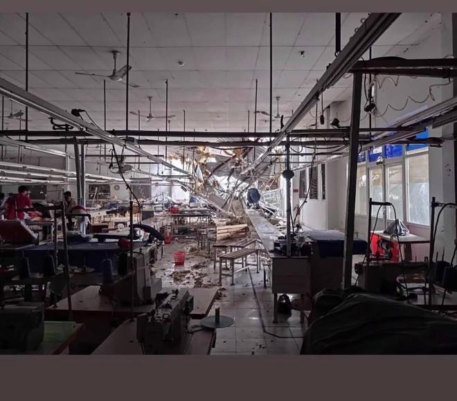 CẬP NHẬT BÃO SỐ 9: Cận cảnh gió bão mạnh giật bay mái tôn trường học và mái nhà người dân; Hàng loạt kính ở Cung thể thao Tiên Sơn bị gió bão đánh vỡ - Ảnh 3.