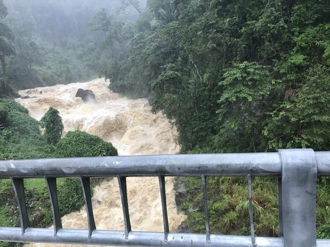 THIỆT HẠI DO BÃO SỐ 9: Nhiều tàu cá ở Lý Sơn bị bão đánh chìm; Lũ lớn cuốn trôi cây cầu sắt ở Kon Tum - Ảnh 3.