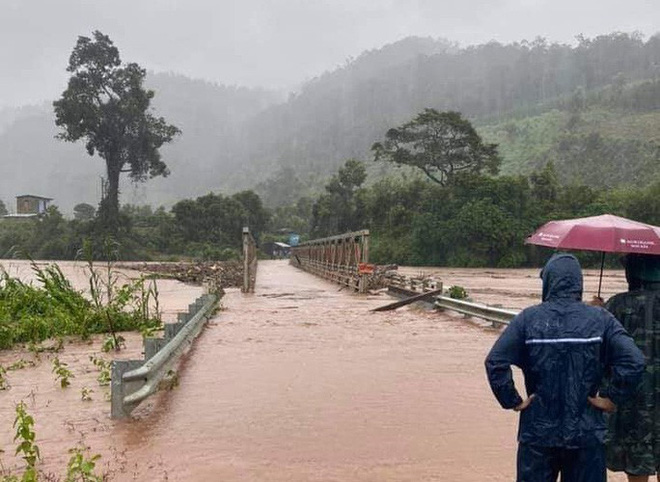THIỆT HẠI DO BÃO SỐ 9: Nhiều tàu cá ở Lý Sơn bị bão đánh chìm; Lũ lớn cuốn trôi cây cầu sắt ở Kon Tum - Ảnh 1.