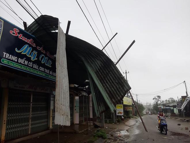 THIỆT HẠI DO BÃO SỐ 9: Nhiều tàu cá ở Lý Sơn bị bão đánh chìm; Lũ lớn cuốn trôi cây cầu sắt ở Kon Tum - Ảnh 2.