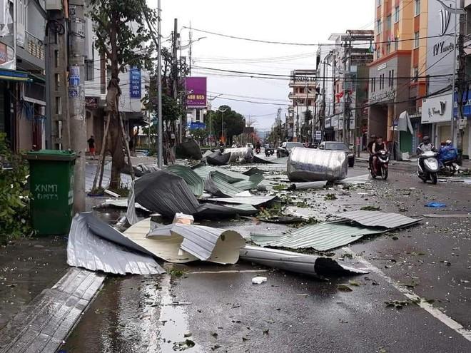CẬP NHẬT BÃO SỐ 9: 2 cán bộ xã bị sạt lở vùi lấp, mất tích ở Quảng Nam; Gió bão mạnh giật bay mái tôn trường học, mái nhà dân - Ảnh 1.