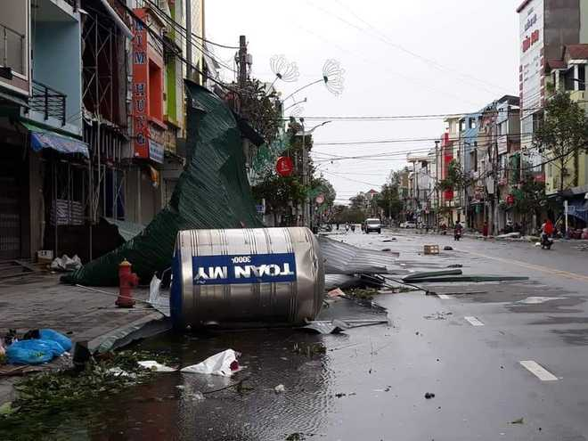 CẬP NHẬT BÃO SỐ 9: 2 cán bộ xã bị sạt lở vùi lấp, mất tích ở Quảng Nam; Gió bão mạnh giật bay mái tôn trường học, mái nhà dân - Ảnh 2.
