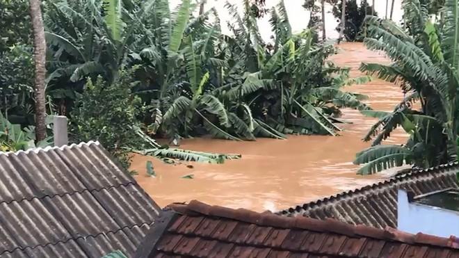 TIN BÃO SỐ 9: Nước lũ đang dâng cao, nạn nhân đi cấp cứu phải quay về vì đường bị chia cắt - Ảnh 1.
